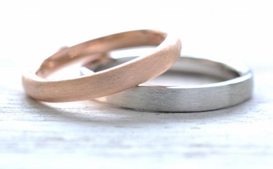 02 ヘアライン仕上げ 指輪の表面を髪の毛のような直線的なラインで仕上げます。つや消しの効果があり金属の質感が強調されます。