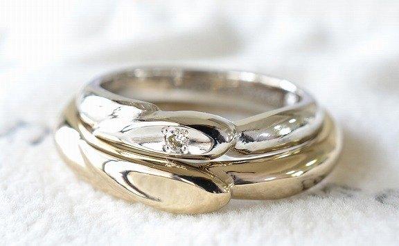 01 2本重ねるとハートが出来上がるデザイン。永遠に変わらぬ愛を指輪で表現した飽きの来ないデザイン。