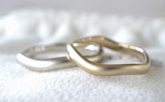 03 流れる水をイメージした綺麗なラインのリング。シンプルで柔らかい曲線が魅力のデザイン。