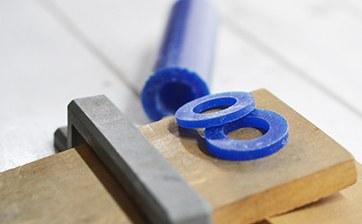 02 打ち合わせに従い指輪の幅を決め、彫金用のワックスを切り出していきます。この作業はスタッフが行います。