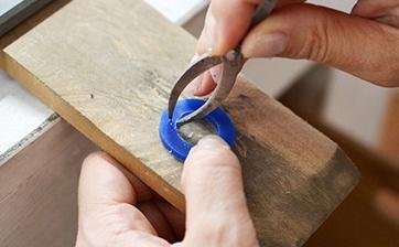 04 道具を使い指輪の厚みを決めていきます。