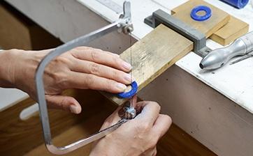 05 糸ノコやヤスリを使い指輪の厚みに彫金用ワックスを切り出していきます。