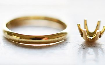 01 お客様のお作りいただいた指輪に石座をロー付けし婚約指輪のかたちにしていきます。(お客様はここまでの作業を行っていただきます。)