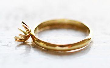 02 お作りいただいた指輪と同じ材質の石座を取り付けます。4本爪、6本爪、フクリン留め用石座など様々なバリエーションをご用意しています。