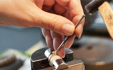 07 全体のバランスを見ながらダイアモンドをセッティングしていきます。それぞれの爪が均等の力でダイアモンドを押さえるように注意深くセットします。
