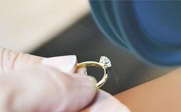 08 ダイアモンドのセッティングが完了し最終の仕上げ作業となります。不具合が無いかを確認しながら全体を綺麗に磨いて完成です。