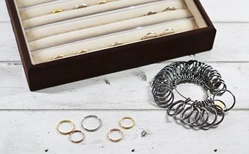 01 お客様とお作りいただく指輪の材質、幅、デザインの打ち合わせからスタートします。サンプルを見ながらご希望のデザインを決めていきます。