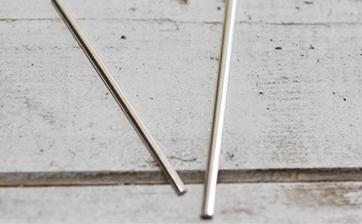 02 打ち合わせに従い使用する材料をお客様の指のサイズに合わせて切り出していきます。