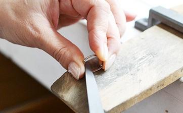 06 ロー付け箇所に不具合が無いかを確認しながらヤスリで研磨を行い滑らかに仕上げます。